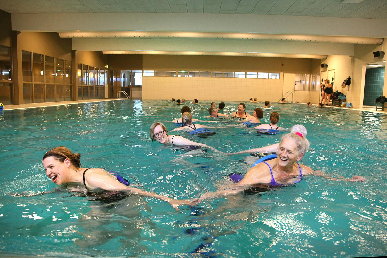 lachende vrouwen in zwembad tijdens Aqua Zumba