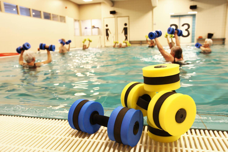 Blauw en gele gewichten bij zwembad