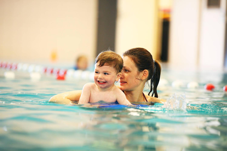 moeder met kind in het zwembad