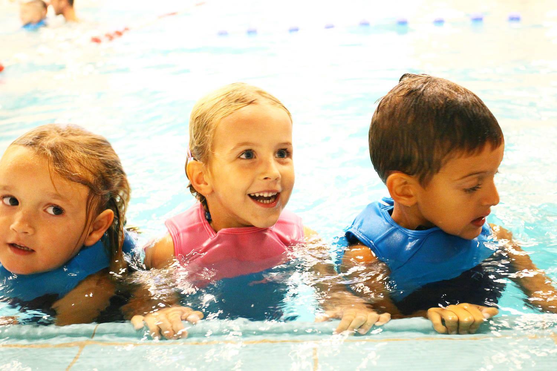 lachende meisjes in zwembad