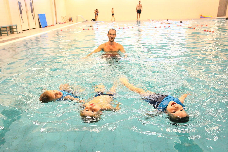 zwemleraar met drie kinderen, zwemles, easyswim, blauw water