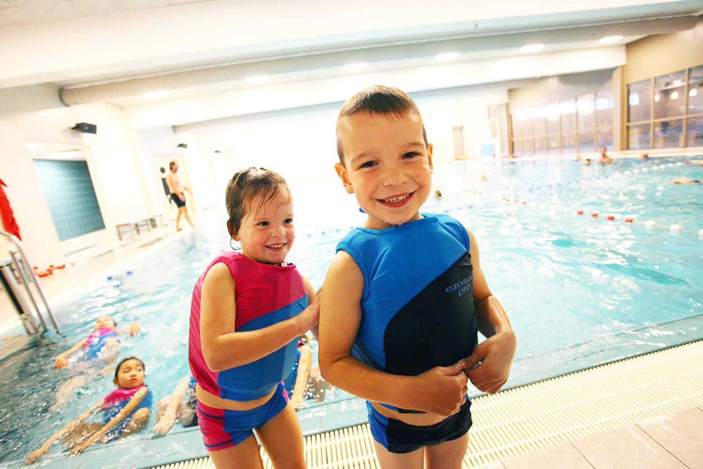 Lachende kinderen, jongen en meisje in zwembad