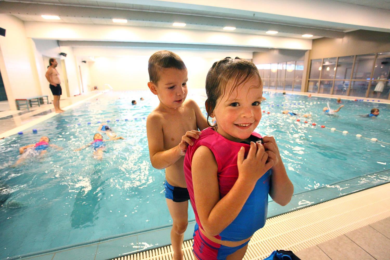 Jongen met meisje in zwembad, plezier